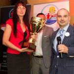 Zila Krisztina üzletvezető átveszi az étteremnek járó vándorserleget